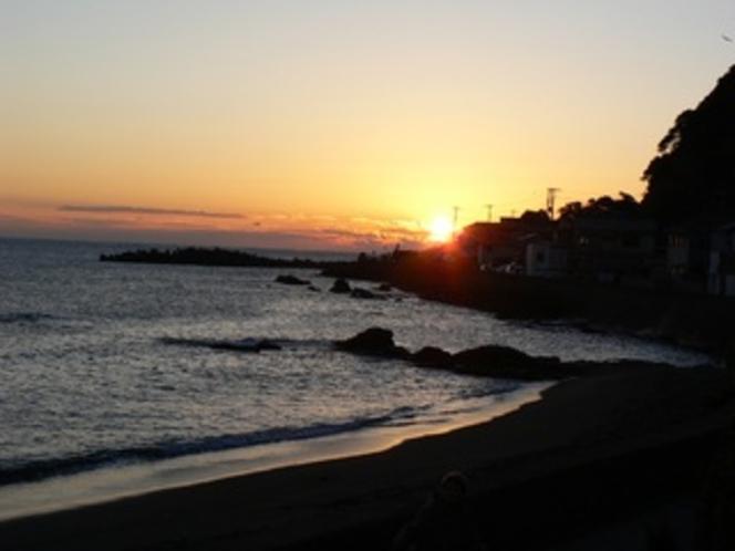 朝焼けの太海海岸(当館の庭から撮影)