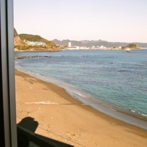 客室からの景色。全室オーシャンビュー、波の音が心地よいです。