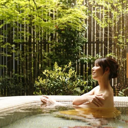 新館「陽邸 さなえ田」の貸切露天「恋待ちの湯」新緑がきれい♪