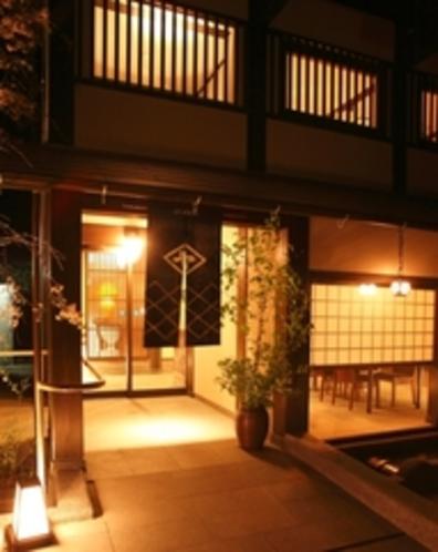 新館「陽邸 さなえ田」夜の外観