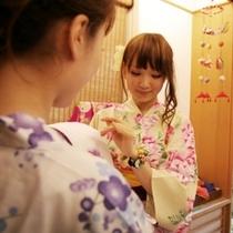 姉妹館「湯亭 花のれん」の町屋かふぇで駄菓子詰め放題サービス