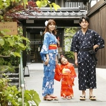 新館「陽邸 さなえ田」の玄関先家族で色浴衣
