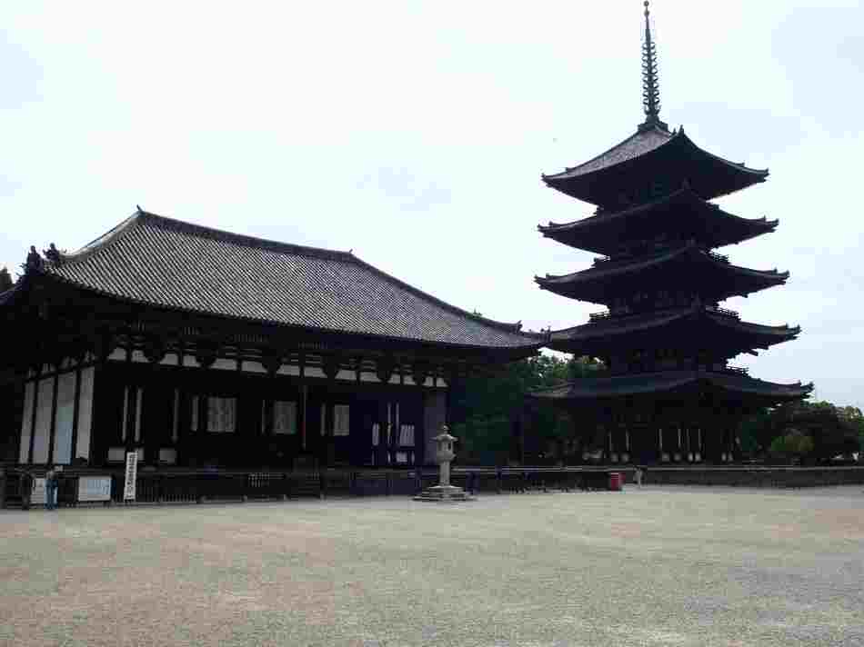 東金堂(とうこんどう)と五重塔(ごじゅうのとう)