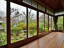 廊下からは立派な庭園が望めます