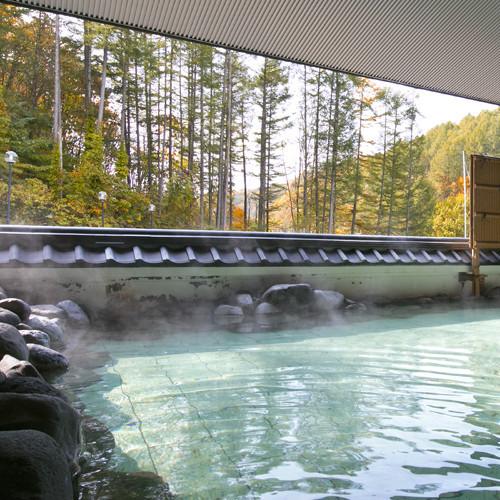 【秋の露天風呂】四季折々の景色を眺められる露天風呂。