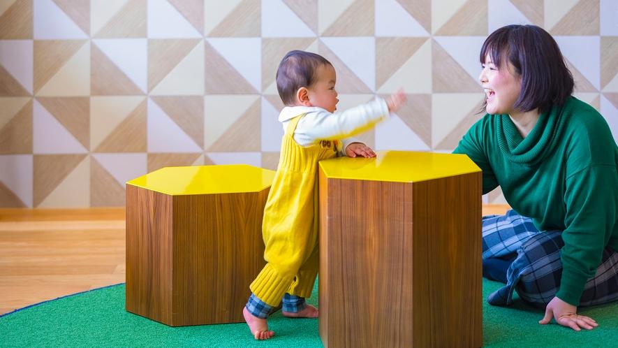つかまり立ちにぴったりな椅子など、お子様の成長にあわせたインテリアを配置