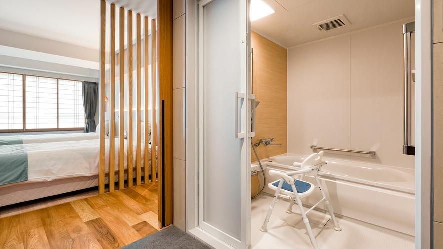 【ユニバーサルツイン】広々とした内装とバスルームでゆったりとお寛ぎ頂けます
