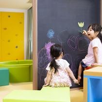 キッズスペシャルルームには落書き自由の黒板も!