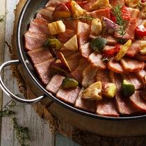 人気メニュー「厚切りベーコンステーキとゴロゴロ野菜」