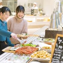どこから食べるか迷っちゃう!お肉にお魚、卵料理の他、野菜やお豆を使った数々の料理が並びます。