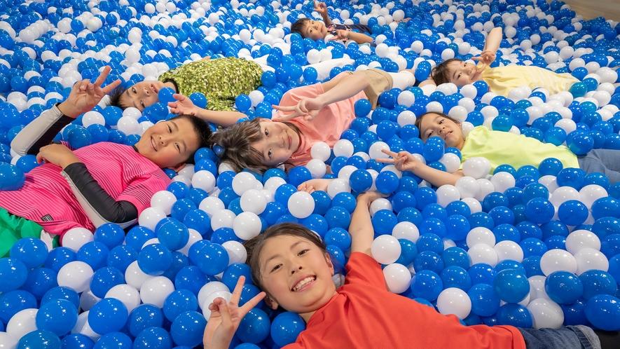 屋内遊具パーク「ア・ソ・ボーヤ」ボールプールやクライミングウォールの他、楽しさいっぱいです