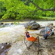 夏は川辺でゆっくりと涼めるエリアも。