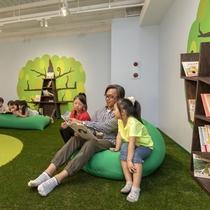 屋内遊具パーク「ア・ソ・ボーヤ」ゴロゴロ草原には読書コーナーがあります