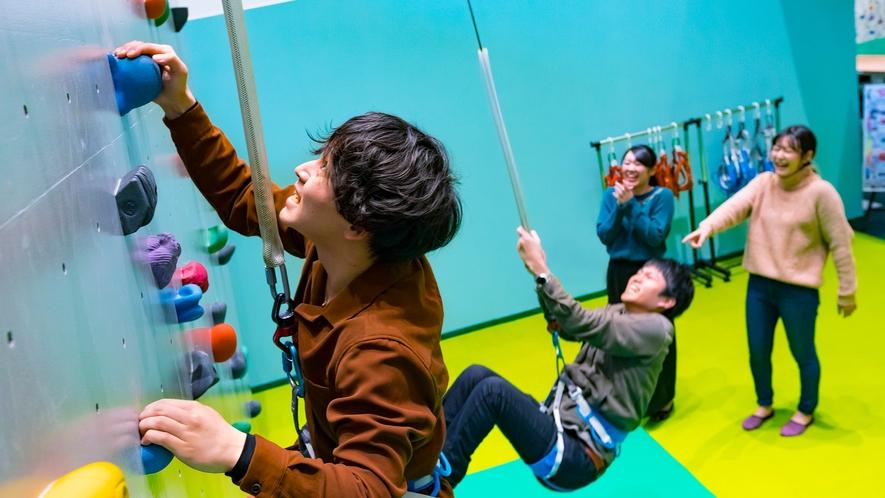 目指せハイスコア!屋内遊具パーク「ア・ソ・ボーヤ」では本格クライミングウォールが体験できます。