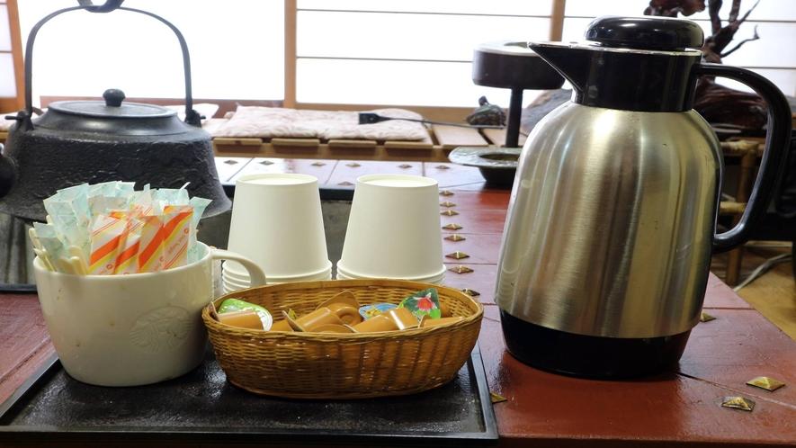 *[館内/ロビー一例]お茶をしながらお客様やスタッフと語らいを