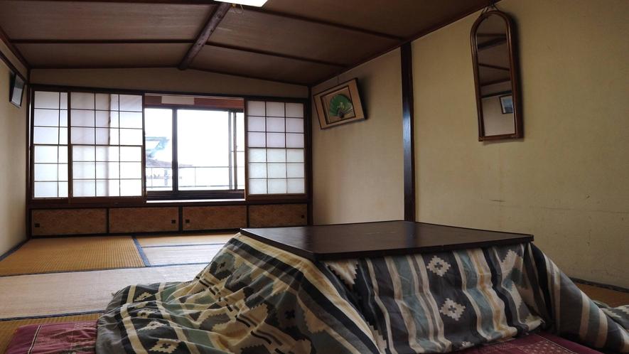 *[3階客室一例]昭和の雰囲気を色濃く残したお部屋です(冬は炬燵をお出しします)