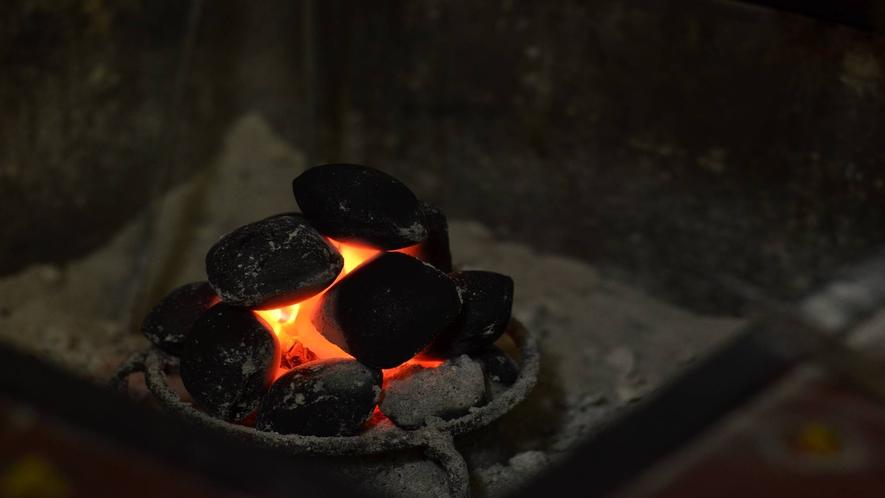 *[館内/ロビー一例]じんわり暖かい囲炉裏の豆炭