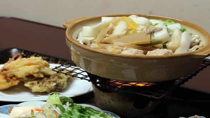 *[夕食一例]鍋物は、冬はぽかぽか温まる鍋物、夏は、陶板焼きなどをご用意致します。