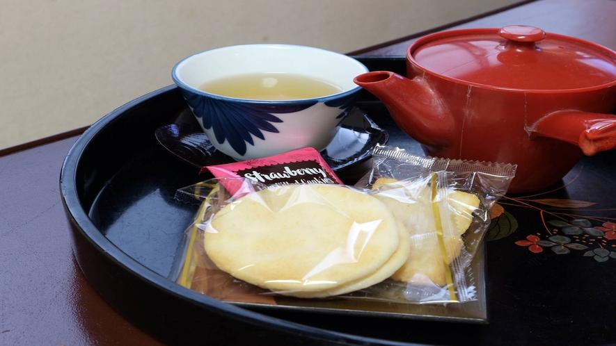 *[客室一例]到着したらまずはお茶請けをどうぞ!