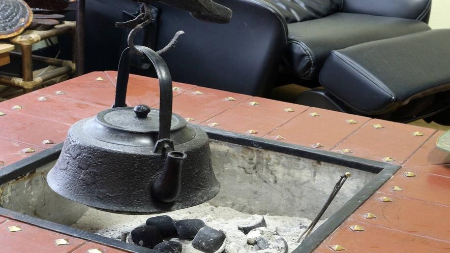 *[館内/ロビー一例]愛煙家の皆様へ。囲炉裏脇が喫煙場所となります。