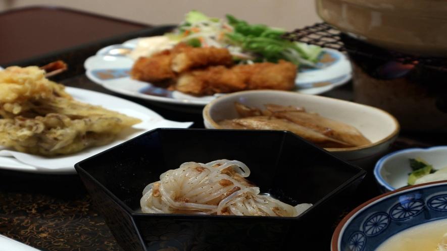 *[夕食一例]ボリューム満点でこの土地ならではのお料理が並びます。