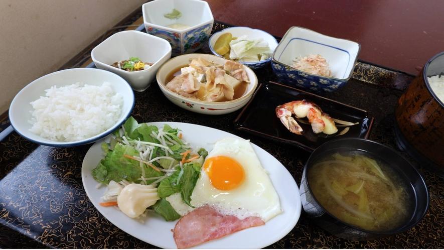 *[朝食一例]目玉焼き/ベーコン/サラダ/納豆/小鉢など/ご飯/味噌汁/香の物など