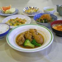 *【夕食全体例】ボリューム満点の手作り料理でガッツリ派も満足!