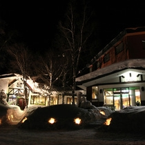 *【外観/冬期】ろうそくでライトアップされ、幻想的な空間に。