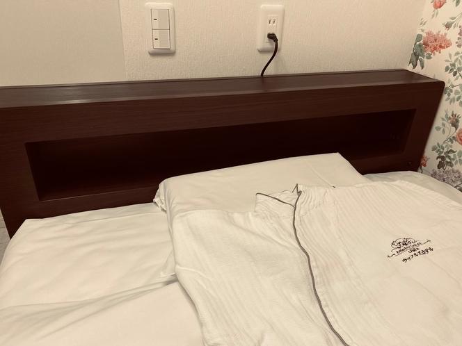 ベッドヘッドボード・コンセント・ガウン