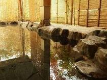 【露天風呂】季節や時間帯に応じて雰囲気を変える、こじんまりした得御点風呂