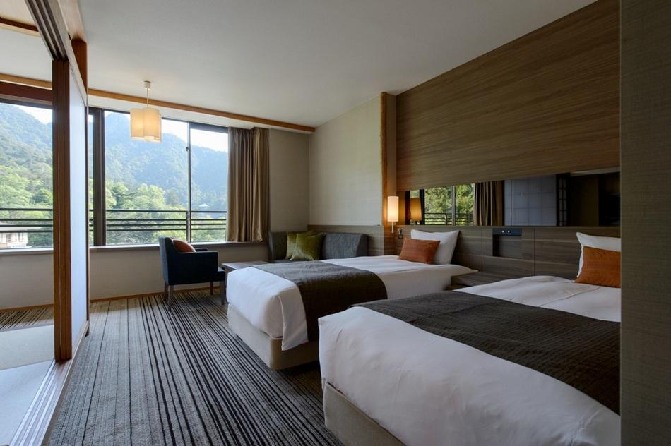 広々とした窓からは、原生林に覆われた霊峰弥山の眺望もお楽しみいただけます