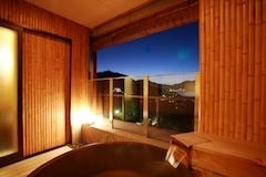 檜造りの露天風呂からはライトアップされた厳島神社を眺めながら