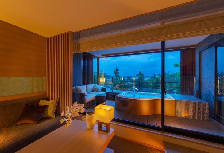 海側に開いた窓と露天風呂からの宮島の景色を堪能