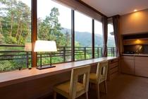 大きく開けた窓から、霊峰弥山を望む見晴しのいい特別室