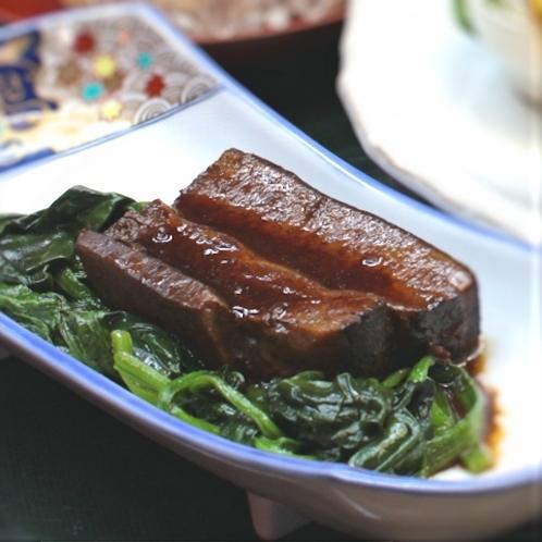 皮ごと煮込んだ麦豚の角煮はコラーゲンたっぷり