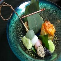 【会席 前菜(一例)】前菜の三食だんごは人気メニュー☆料理長手作りの柳を加工した串