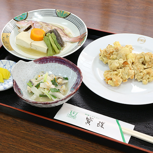 *【夕食一例】地元の良質な食材にこだわった日替わり和定食