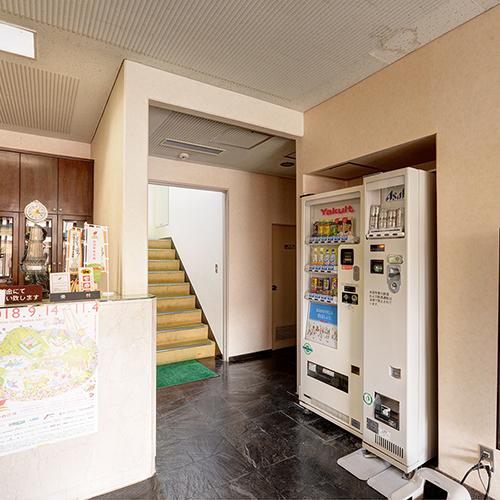 *【館内一例】フロント横の自動販売機にアルコール飲料もございます