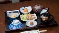 *【朝食一例】地元の新鮮な食材を使った和定食です ※料理内容は季節によって異なります