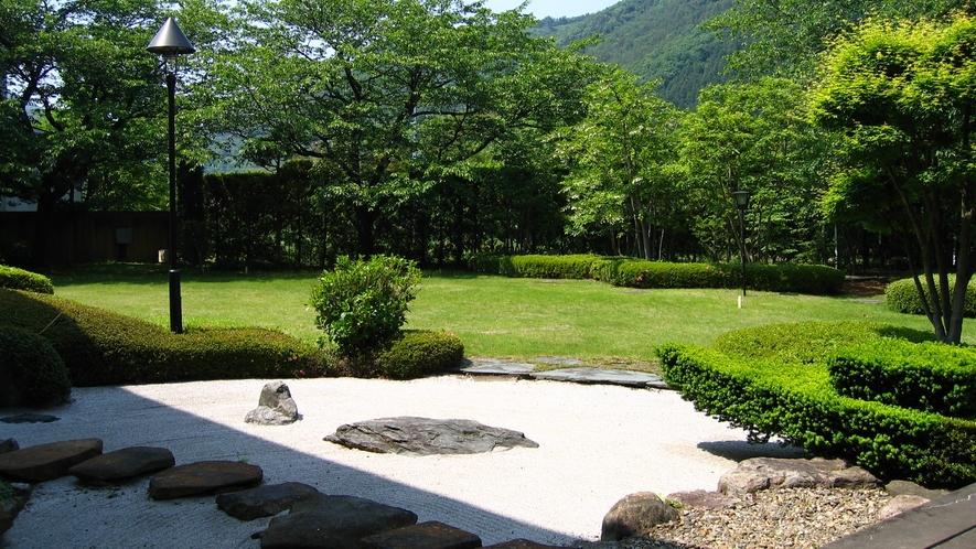 *和風庭園 コントラストが美しく映える和風庭園