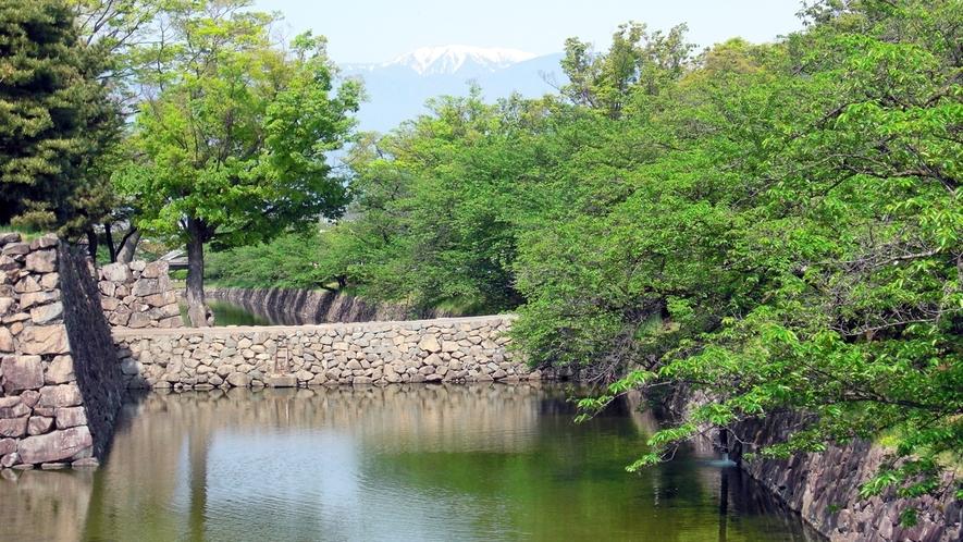 *松本城のお堀から蝶が岳を臨む