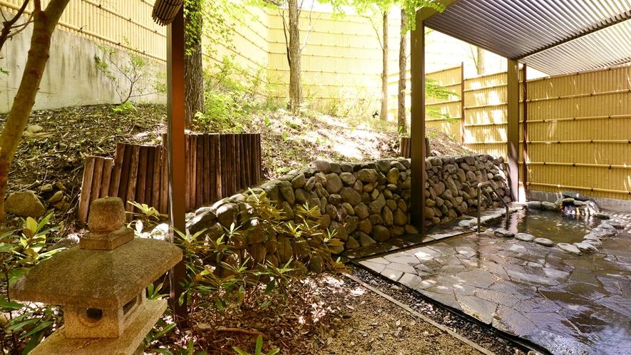 *【中浴場(露天風呂)】天然温泉に癒されながら、四季折々の景観をお愉しみ下さい。