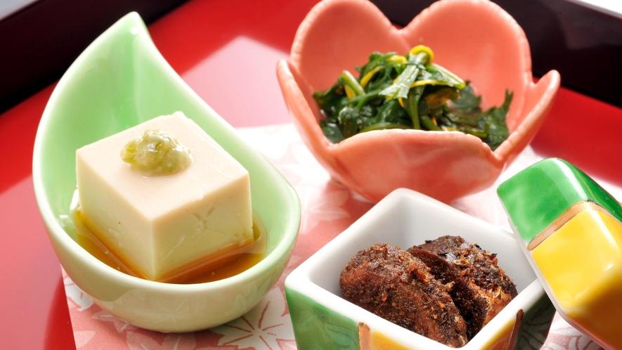 *【夕食一例イメージ】料理長こだわりの和食会席を彩る前菜。旬の素材をお楽しみください。