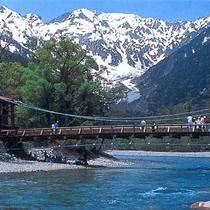 *上高地 河童橋  トレッキング、ハイキングに壮大な自然美を楽しめる上高地はいかがですか?