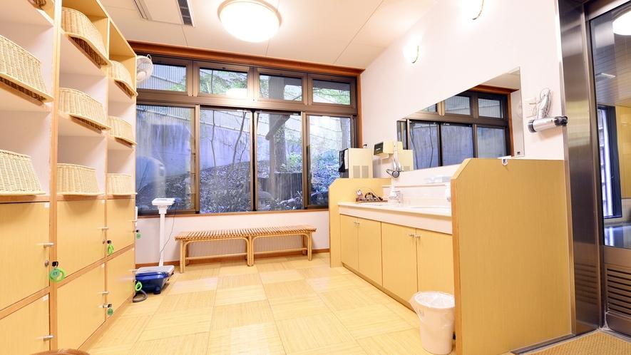 *【中浴場(脱衣所)】広々とした清潔感のあるスペースです。