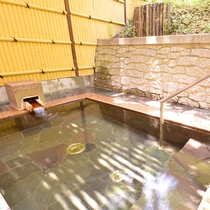 *露天風呂  浅間温泉のお湯を開放的な空間でお楽しみいただけます。