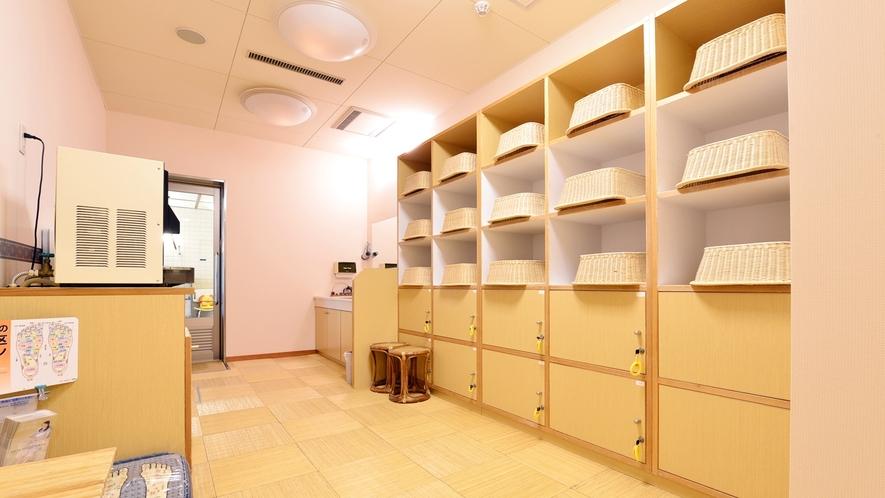 *【大浴場(脱衣所)】広々とした清潔感のあるスペースです。