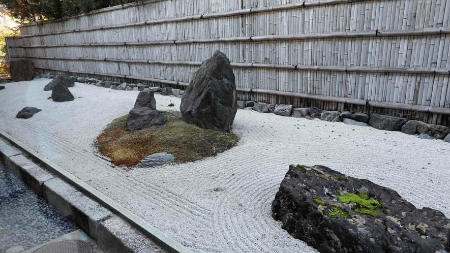 6畳一例 庭からは石庭が臨めます