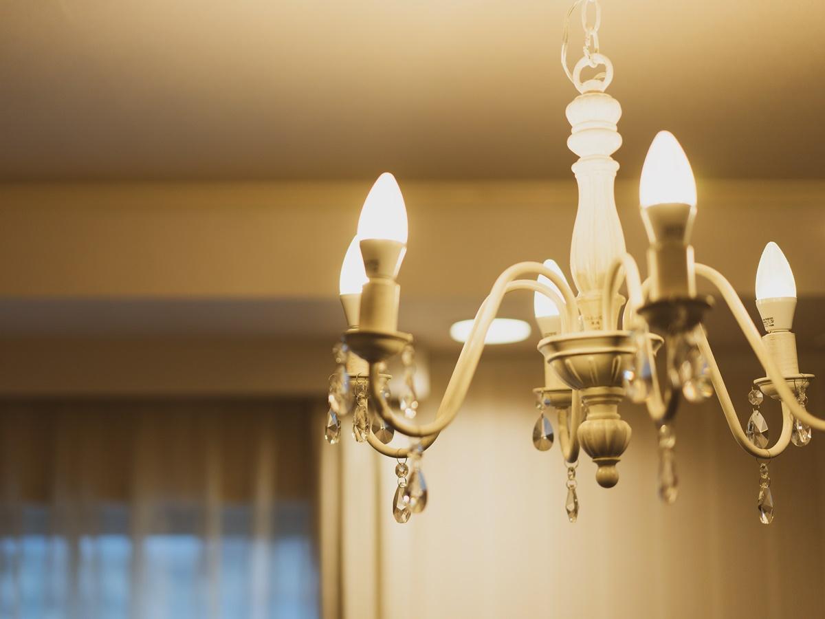 【スイートルーム】部屋を美しく照らすのは、可愛いらしいシャンデリア。非日常が味わえる夢のひととき。
