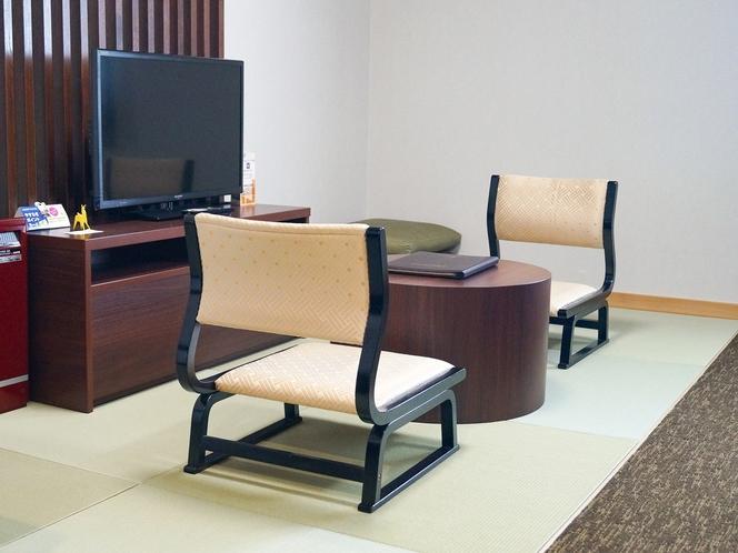 【和モダン】立ったり座ったりがとても楽な、座面の低い椅子だからリラックスできます。